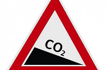 Cena emisních povolenek v EU vystoupila na rekord, poprvé přesáhla 50 eur