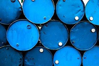 Ceny ropy klesají kvůli vyšším dodávkám a nejistému výhledu poptávky